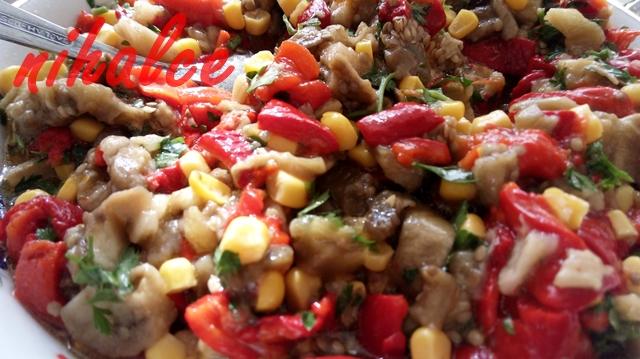 Közlenmiş Patlıcan ve Kırmızı Biber Salatası Tarifi